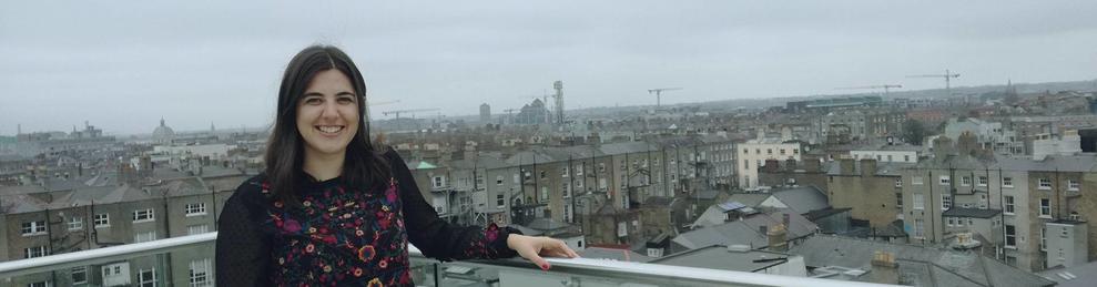 Caterina Peraire i, al fons, una panoràmica de Dublín.