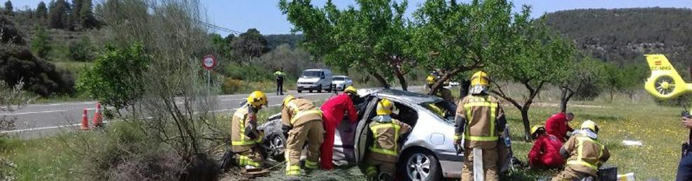 Els Bombers de la Generalitat han treballat per treure el conductor, que havia quedat atrapat.
