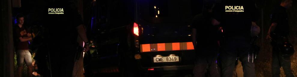 Pla mig dels agents dels Mossos d'Esquadra identificant a membres del CDR de Tarragona als volants del Nou Estadi.