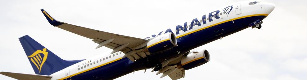 Plano entero de un avión de Ryanair elevándose en el Aeropuerto de Reus.