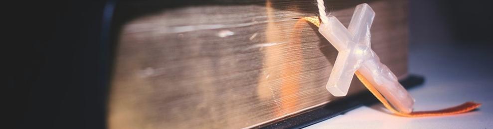 Imatge d'una Bíblia amb un rosari.