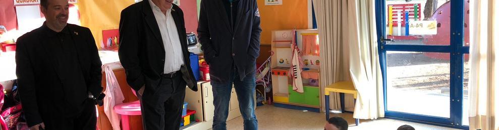 El conseller d'Ensenyament, Josep Bargalló, durant la seva visita l'Escola