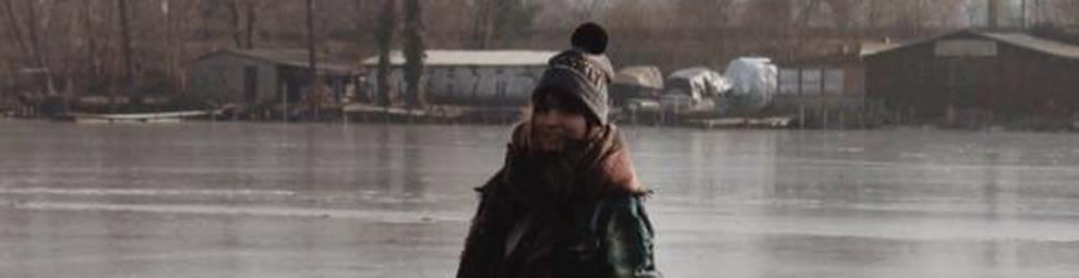 Noemí Aranda, caminando sobre el agua congelada de un lago.