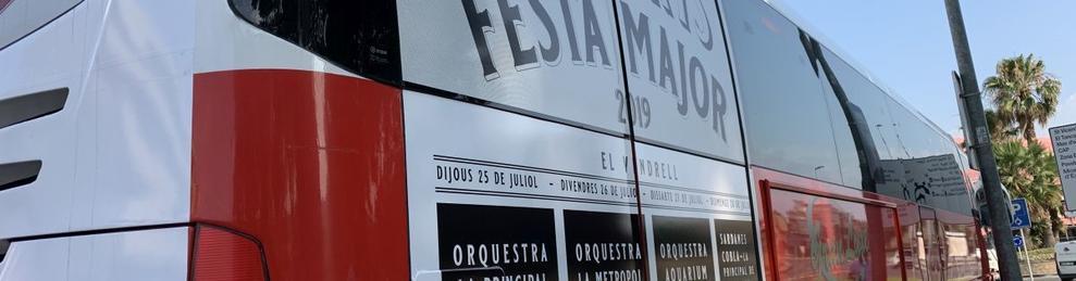 Los autobuses han sido logotipados con la imagen de la Fiesta Mayor y con el cartel de los conciertos.