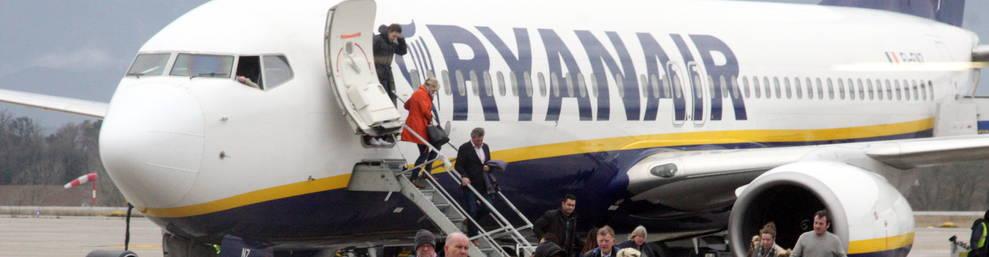 Turistas desembarcando de un avión de Ryanair en el aeropuerto de Gerona-Costa Brava.