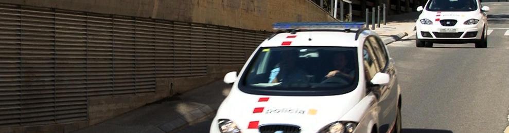 Momento en que dos vehículos de los Mossos trasladan a los padres del bebé desde los juzgados de Lérida a la prisión.