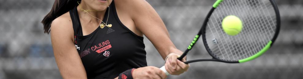 Mariona Pérez, jugant a tennis, a Lafayette (Louisiana).