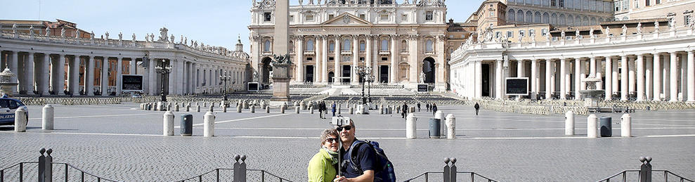 Imatge de turistes davant la plaça de Sant Pere, gairebé buida, a Roma.