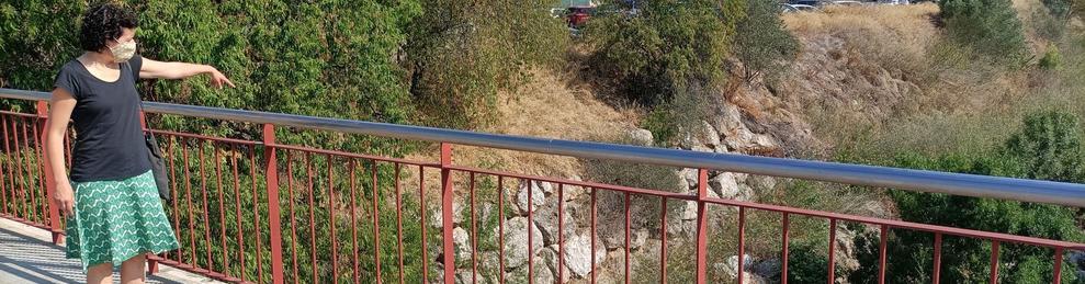 Una veïna assenyala el torrent de LLuc, que ja ha deixat de provocar males olors.