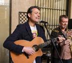 Imagen de archivo de Luri y un músico durante un concierto.