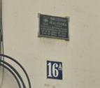 Una placa franquista ubicada a la façana d'un edifici del carrer Reding.