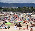 Imatge d'arxiu de la platja de Llevant de Salou, plena de banyistes,