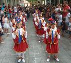 Els nens i nenes que formen part del Ball de la Primera passant ahir pel Pati durant el Tombet.