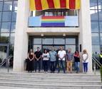 Pla obert de l'alcaldessa de Cambrils, Camí Mendoza, llegint un manifest a les portes de l'Ajuntament de Cambrils per condemnar la mort d'una dona a mans de la seva exparella. Imatge del 26 de juny del 2017