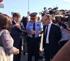 El responsable de Mossos, Boneta, senyalant el lloc dels fets a Puigdemont.