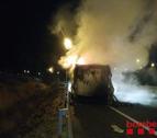 Camió incendiat a l'AP-7 a Banyeres del Penedès.