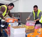 Voluntaris a la seu del Banc dels Aliments al Camp de Tarragona, ubicada a Reus, classificant aliments. Imatge del 13 de novembre del 2017