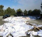 Gran quantitat de paper i bosses de plàstic escampades en un revolt de la N-240, al Coll de Lilla, entre Valls i Montblanc, després que un camió hagi perdut la càrrega. Imatge del 23 de novembre del 2017