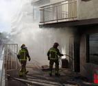 Tres dotacions de Bombers treballen en l'extinció de l'incendi.