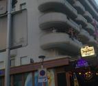 Grup de joves turistes, en posició perillosa, en un balcó de Salou, la setmana passada.