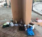 Los jóvenes dejan en el suelo las botellas vacías después de hacer 'botellón'.