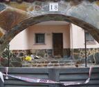 La puerta y la parte interior de la casa del Vendrell donde se ha producido un homicidio.