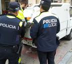 Dos agents de la Policia Local amb un treballador de l