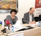 La rectora, María José Figueras, i el president del Consorci Intercomarcal d'Iniciatives Socioeconòmiques, Carles Luz, signen el conveni per impulsar el Cowocat Rural al Campus Terres de l'Ebre