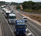 Camions durant la marxa lenta a l'N-340 direcció a l'entrada de l'AP7 a Altafulla, el passat 11 d'octubre.