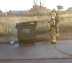 Momento de la extinción del incendio de un contenedor.