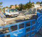 Els operaris treballaven ahir al matí en les obres de drenatge d'aigües pluvials al carrer Montsià.