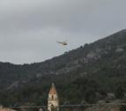 Imagen del helicóptero de los Bombers sobrevolando la zona en el marco del dispositivo de búsqueda del hombre de 88 años desaparecido.