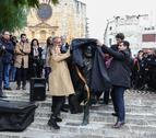 Moment en què han mostrat el resultat final de l'estàtua que serà punt d'inici d'una ruta turística.