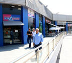 Los responsables de Family Cash delante de las galerías comerciales después de la firma del compromiso de compra-venta.