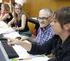 Un hombre mayor aprendiendo cómo funciona una nueva plataforma digital, en una prueba piloto de ámbito europeo en la URV.