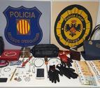 Los objetos y dinero intervenidos por la policía.