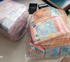 Imatge dels dos paquets on l'home duia els diners.