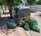 Restes de poda a la vorera de la urbanització Mas Roig.