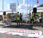 Pla general dels representants sindicals durant la lectura del manifest a les portes de la fàbrica Saint Gobain a l'Arboç en la manifestació per denunciar el tancament d'una divisió de la planta
