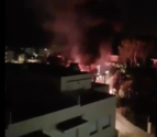 Imatge de l'incendi amb una gran flamerada.
