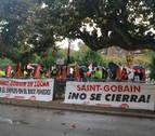 Treballadors de Saint-Gobain durant la concentració celebrada aquest dimecres davant el Parlament de Catalunya.