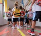 Imagen de archivo de un grupo de niños a punto de entrar en clase.