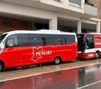 Plano general del nuevo vehículo de bus a demanda del Vendrell, delante de un vehículo de la línea convencional.