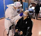 Imatge d'una dona sotmetent-se a un test d'antígens