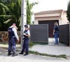 Diversos agents dels Mossos d'Esquadra davant la casa del Vendrell on es va produir l'homicidi, el 13 d'octubre de 2018.