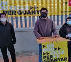Membres de la CUP davant l'estació de tren de Cunit.