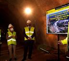 El ministro de Transportes, Movilidad y Agenda Urbana, José Luis Ábalos, y la subdelegada del gobierno español, Teresa Conillera, durante la visita de obras al túnel.