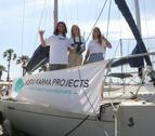 Plano abierto de tres de los cinco tripulantes de la expedición.