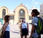 Tres jóvenes, dos de ellas sin mascarillas, charlando en la plaza Corsini de Tarragona, en el primer día sin obligatoriedad de llevar mascarillas.