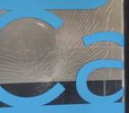 Imatge del vidre de la seu trencat per un cop de pedra.